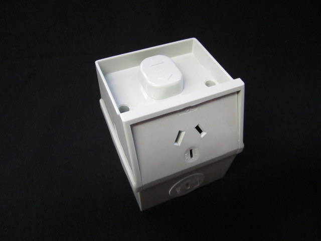 Single weatherproof outlet small base 10A